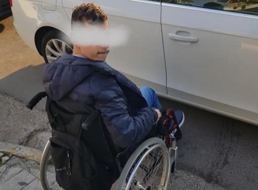 Παιδί σε αναπηρικό αμαξίδιο περίμενε επί 45 λεπτά σε μπλοκαρισμένη διάβαση στη Γλυφάδα
