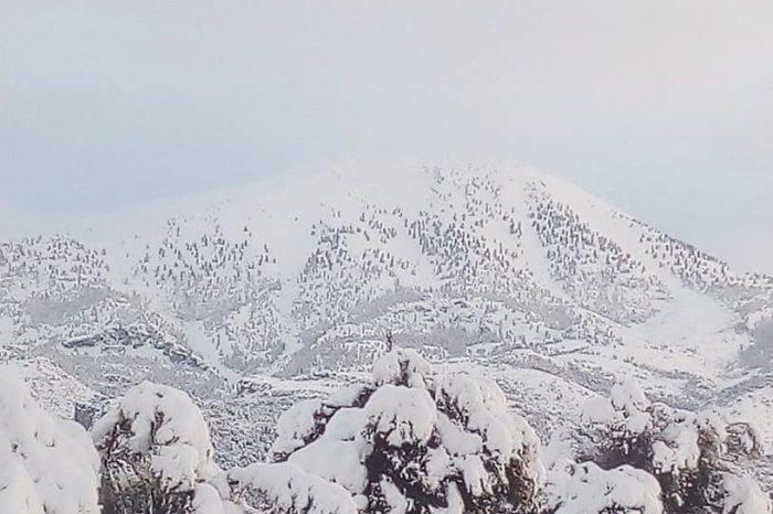 Η χιονισμένη Δίρφυ (φωτογραφίες-video)