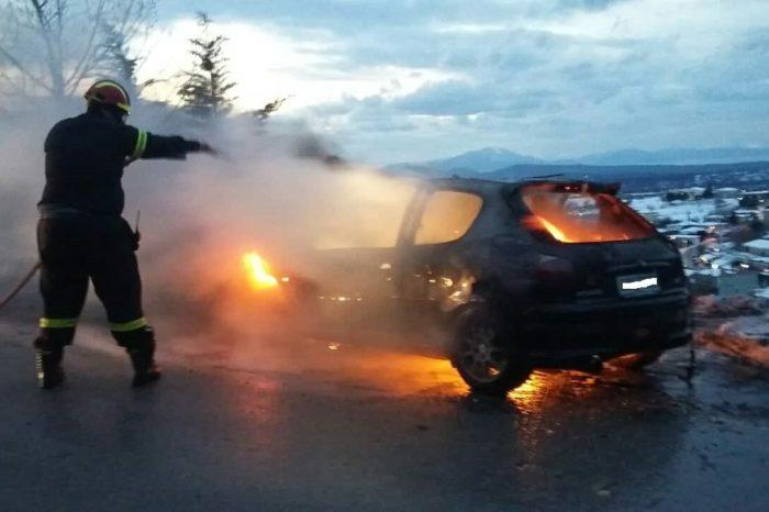 Στενή: Αυτοκίνητο τυλίχτηκε στις φλόγες  μέσα στα χιόνια (φωτό)