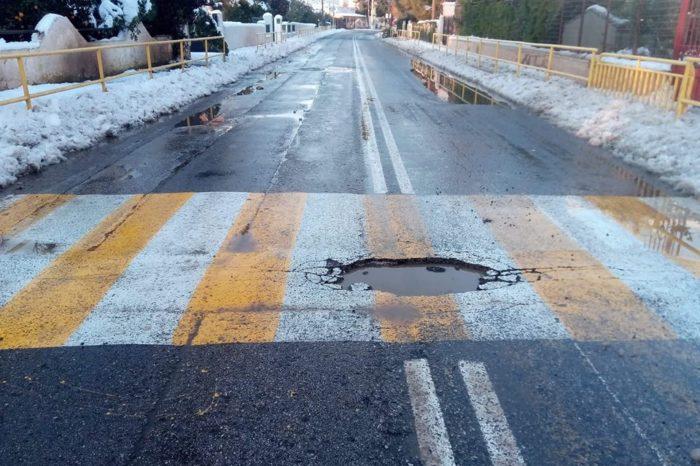 Επικίνδυνη τρύπα στον δρόμο  έξω από το σχολείο της Καστέλλας