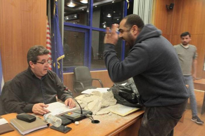 Ξύλο στο Δημοτικό Συμβούλιο Αχαρνών: Επιτέθηκαν με μπάζα (φωτό-video)