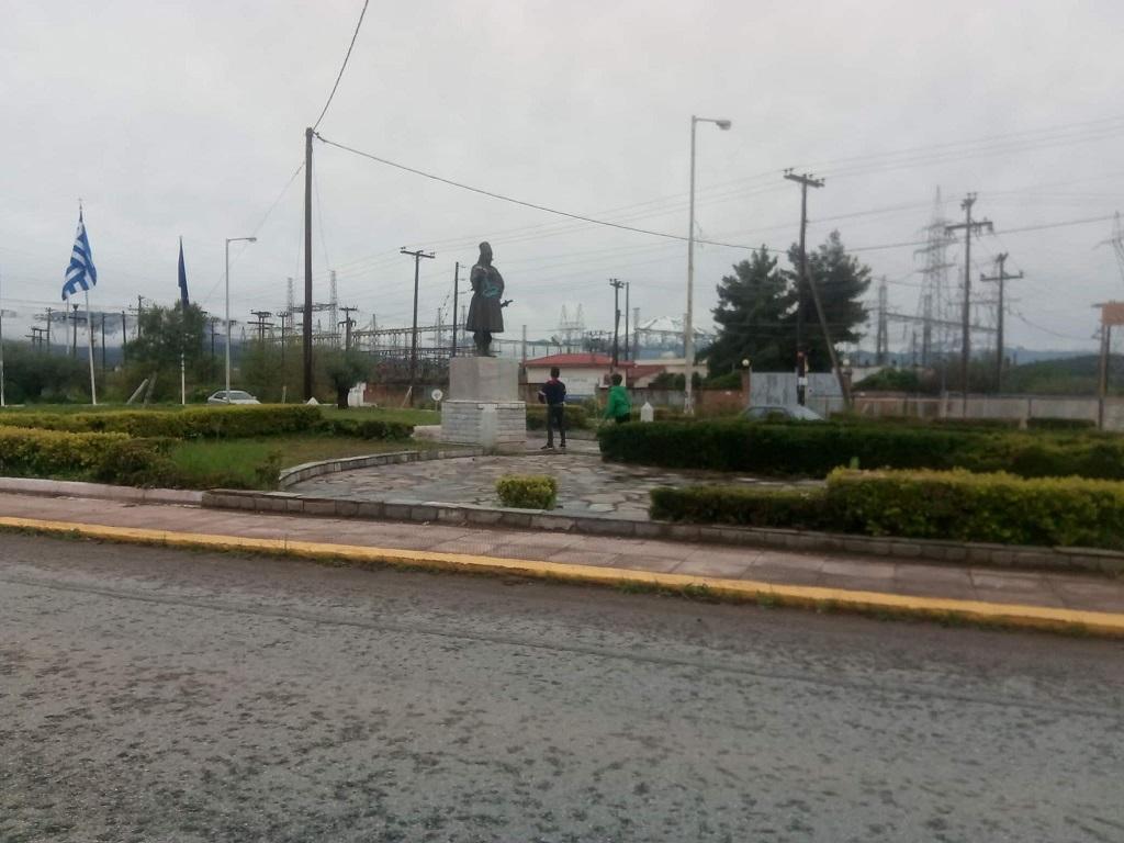 Βανδαλισμοί στο μνημείο του Αγγελή Γοβιού στην Καστέλλα: Του κρέμασαν στο χέρι ρολό βαψίματος και του πετούσαν καθίσματα 2