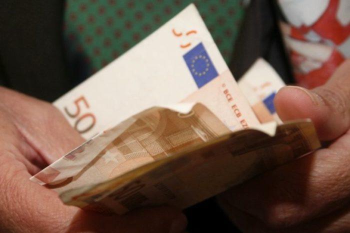 Τετραπλασιάστηκαν οι αμοιβές των 250 ευρώ τα χρόνια της κρίσης – Κατά 28% έπεσαν οι μέσοι μισθοί