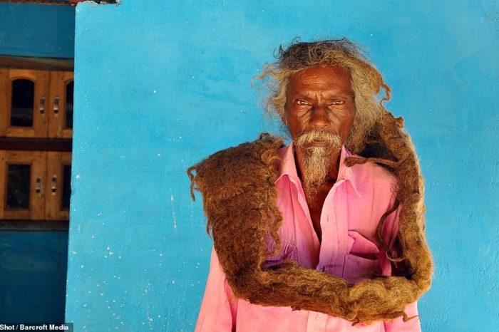Έχει να λούσει και να κόψει τα μαλλιά του πάνω από 40 χρόνια