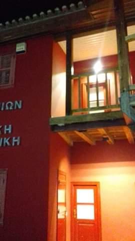 Παιδάκι από τα Ψαχνά  αιωρείται στο επικίνδυνο ξύλινο μπαλκόνι της πλατείας των Ψαχνών 1 8
