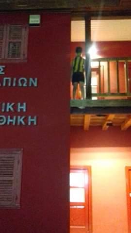 Παιδάκι από τα Ψαχνά  αιωρείται στο επικίνδυνο ξύλινο μπαλκόνι της πλατείας των Ψαχνών 4 1
