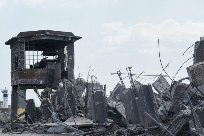 Φωτογραφικό οδοιπορικό μετά τα 5,1 Ρίχτερ: Έπεσαν παλιά κτίρια, κατέρρευσε το ταινιοδρόμιο στον Πειραιά