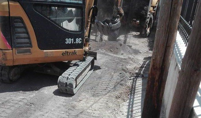 Πολιτικά: Συνεργεία του Δήμου επισκευάζουν τον δρόμο κοντά στην πλατεία
