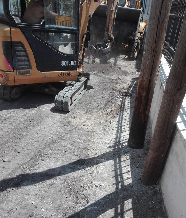 Πολιτικά: Συνεργεία του Δήμου επισκευάζουν τον δρόμο κοντά στην πλατεία 64389592 895365694142961 4139855479817895936 n