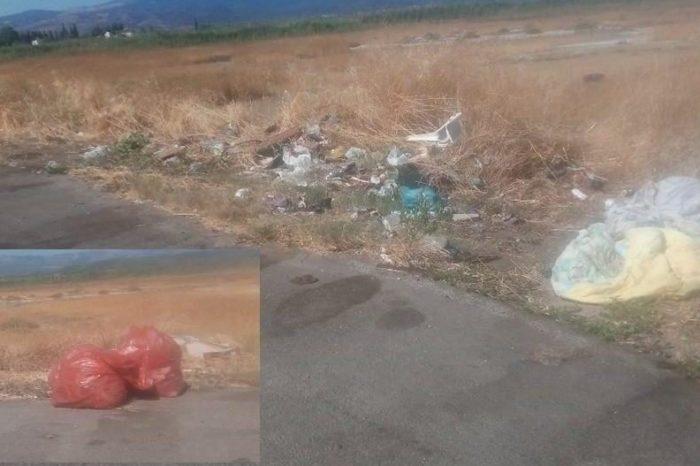 Σκουπιδότοπος το parking του Κολοβρέχτη.Μία εβδομάδα παρατημένες σακκούλες με σκουπίδια από τον Δήμο
