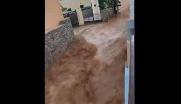 Βίντεο που κόβει την ανάσα από τη Σύμη: Ο «Γηρυόνης» μετέτρεψε τους δρόμους σε ορμητικούς χειμάρρους