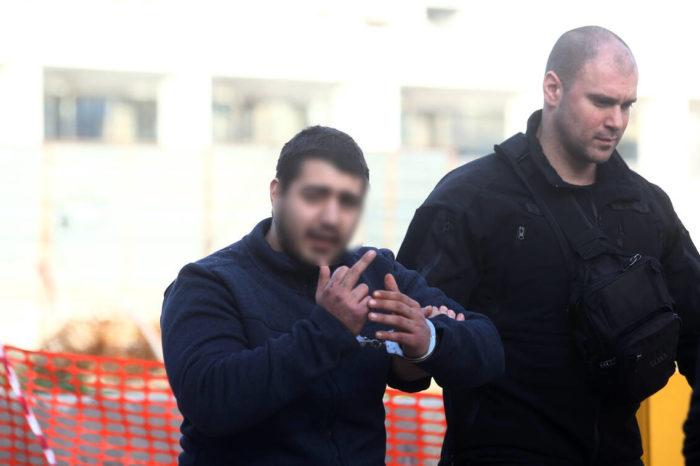 Δίκη Τοπαλούδη: Ο Δολοφόνος ύψωσε το μεσαίο δάχτυλο έξω από τα ΔΙκαστήρια