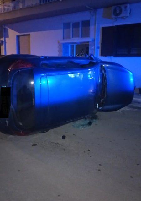 Τροχαίο ατύχημα στα Ψαχνά : Αυτοκίνητο τούμπαρε και έπεσε πάνω σε παρκαρισμένα