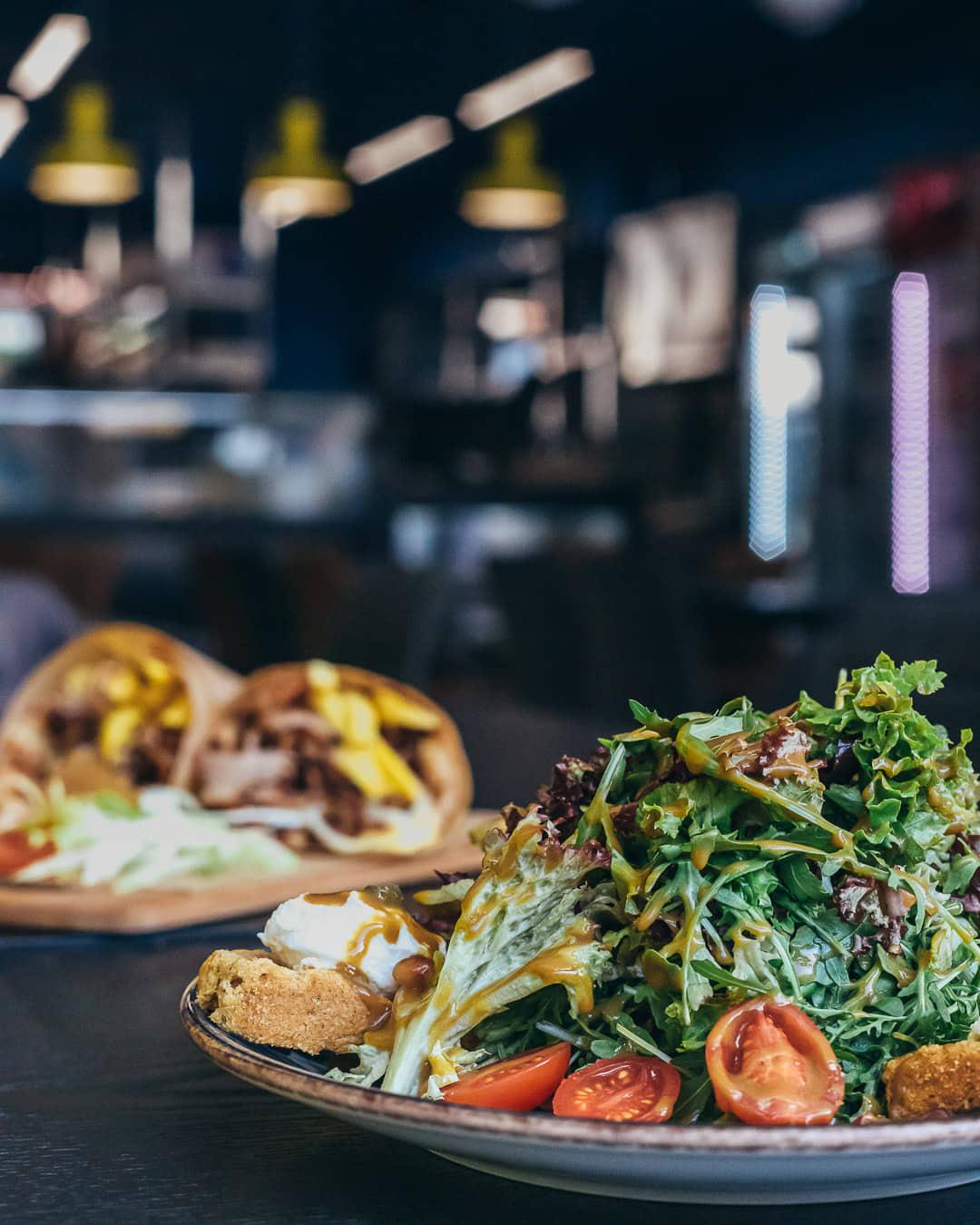 Ψαχνά: Άνοιξε το Grill House «Στο Ψαχνό» salata