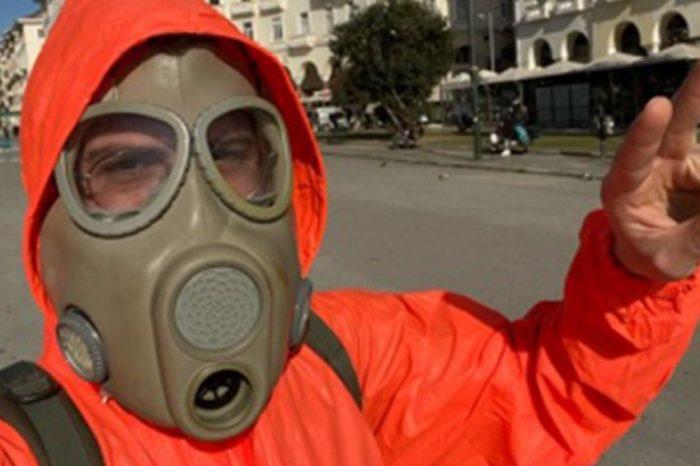 Θεσσαλονίκη: Φόρεσε στολή βιολογικού πολέμου και πήγε για καφέ! (video)