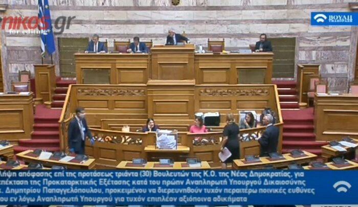 """Βουλευτής δεν ήξερε ότι το μικρόφωνο ήταν ανοιχτό και άρχισε τα """"γαλλικά"""": Θα την σκίσω (video)"""