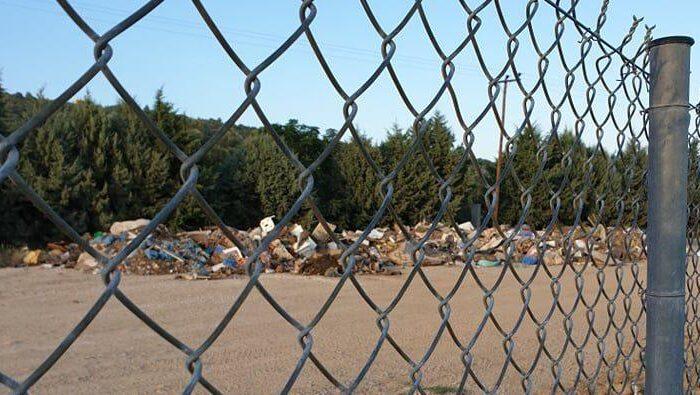 Κάτοικοι Πολιτικών καταγγέλουν: «Βρώμισε όλο το γήπεδο από τα σκουπίδια που πετάνε από τις πλημμύρες»