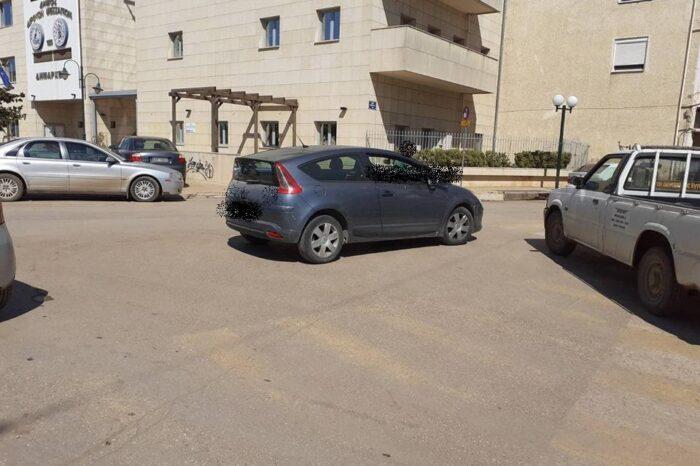 Επικό παρκάρισμα κάτω από το Δημαρχείο των Ψαχνών