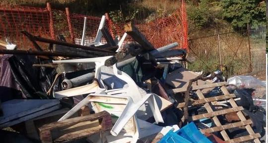 Παραλία Χιλιαδού: Ξεκίνησαν τα γυρίσματα της ταινίας «Triangle of Sadness» αφού πρώτα μαζεύτηκαν τα σκουπίδια από την παραγωγή !