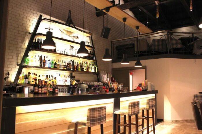 Κλειστά εστιατόρια και καφέ μπαρ από τις 10 το βράδυ εξετάζει η κυβέρνηση