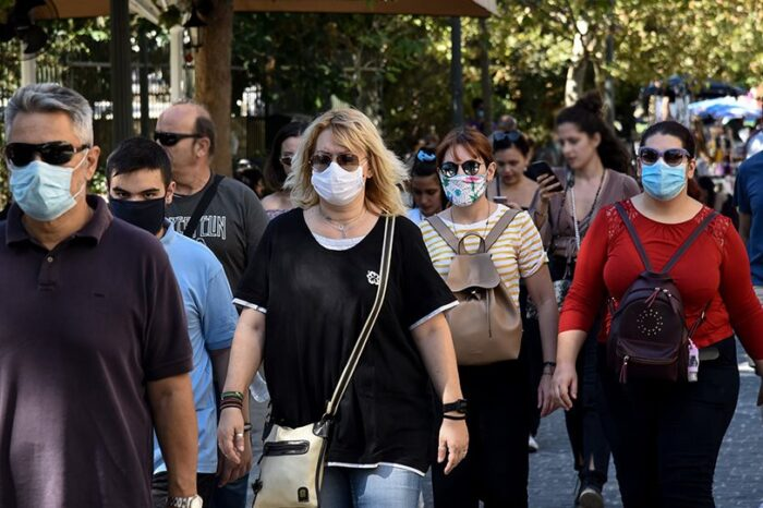 Υποχρεωτική η μάσκα και στους εξωτερικούς χώρους με συγχρωτισμό