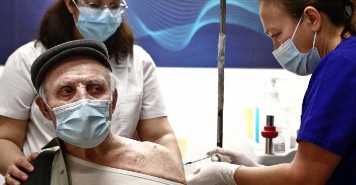 Εμβολιασμοί: Από σήμερα τα ραντεβού για τις ηλικίες 80-84 -Βήμα βήμα η διαδικασία