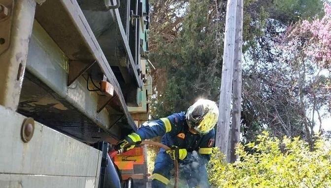 Πανόραμα:Φωτιά σε λάστιχα φορτηγού (φωτό)