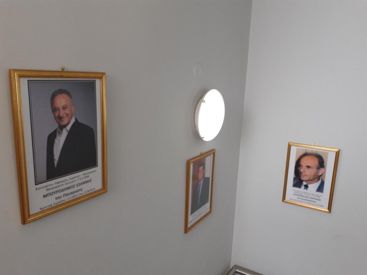 Κάδρα με φωτογραφίες όλων των Δημάρχων από το 1949 μέχρι και το 2014 τοποθέτησε ο Δήμαρχος Γιώργος Ψαθάς στις σκάλες του Δημαρχείου (φωτογραφίες) 4