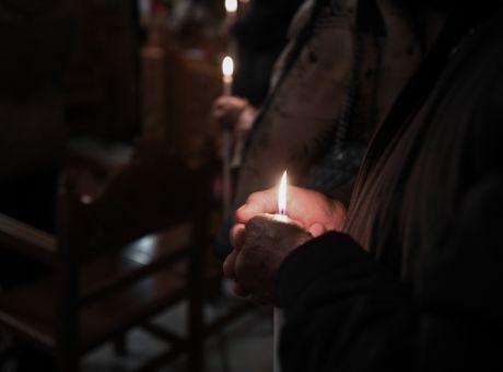 Πώς θα κάνουμε Ανάσταση: Τα μέτρα στις εκκλησίες, τι ώρα ξεκινά η απαγόρευση κυκλοφορίας