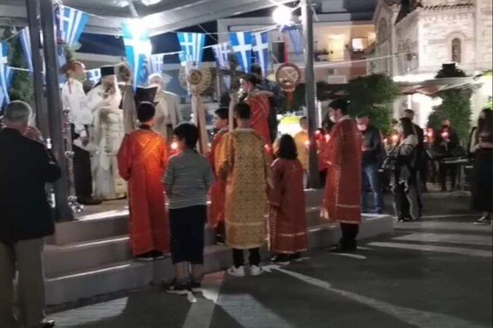 Η ακολουθία της Αναστάσεως στον Ιερό Ναό της Μεταμορφώσεως του Σωτήρος και το Χριστός Ανέστη στην πλατεία των Ψαχνών (video)