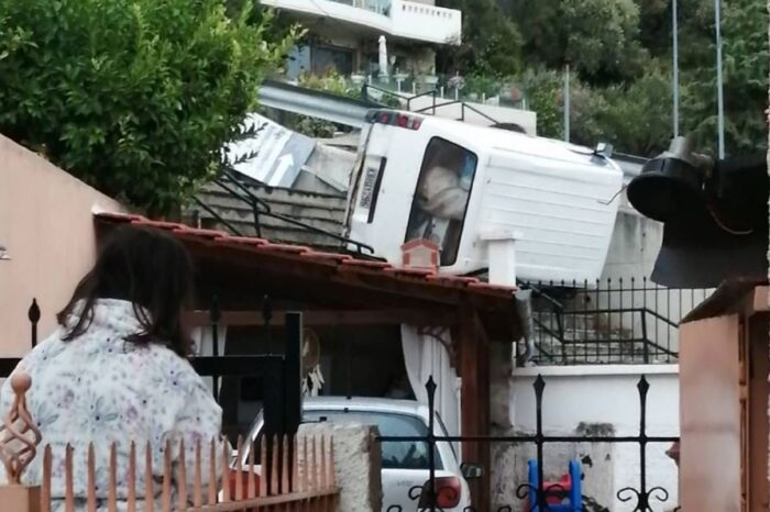 """Τροχαίο – σοκ στην Καβάλα – Φορτηγάκι """"προσγειώθηκε"""" ανάμεσα σε σπίτια"""