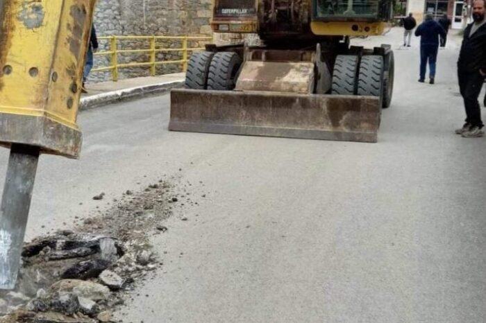 Τώρα:Γκρεμίζεται η γέφυρα στα Πολιτικά (φωτό)
